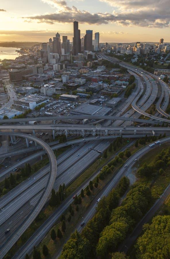 Εναέριοι ορίζοντας πόλεων φωτογραφιών και αυτοκινητόδρομος, Σιάτλ, Ουάσιγκτον, ΗΠΑ στοκ φωτογραφία με δικαίωμα ελεύθερης χρήσης
