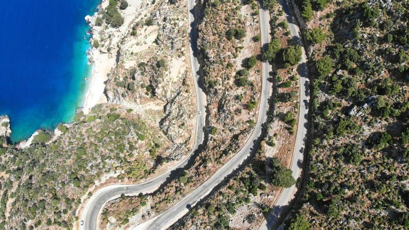 Εναέριος ελικοειδής δρόμος Κίνηση κυκλοφορίας σε έναν δρόμο εθνικών οδών στα βουνά θαλασσίως Ταξίδι με το αυτοκίνητο r στοκ εικόνα με δικαίωμα ελεύθερης χρήσης