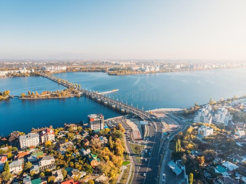 Εναέριος κηφήνας που πυροβολείται της πόλης Voronezh κεντρικός με τα κτήρια, τη γέφυρα Chernavsky και την κυκλοφορία αυτοκινήτων  στοκ φωτογραφίες