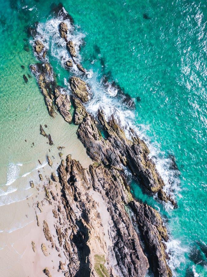 Εναέριος πυροβολισμός παραλιών με τα κύματα και τους απότομους βράχους aqua στοκ εικόνα με δικαίωμα ελεύθερης χρήσης