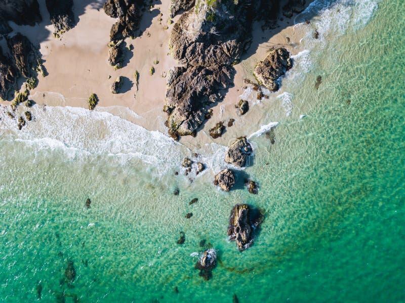 Εναέριος πυροβολισμός παραλιών με τα κύματα aqua που κυλούν μέσα στοκ φωτογραφία με δικαίωμα ελεύθερης χρήσης
