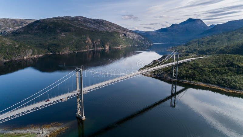Εναέριος πυροβολισμός της γέφυρας Rombaksbrua πέρα από τον κόλπο Straumen Ofotfjord στοκ εικόνα με δικαίωμα ελεύθερης χρήσης