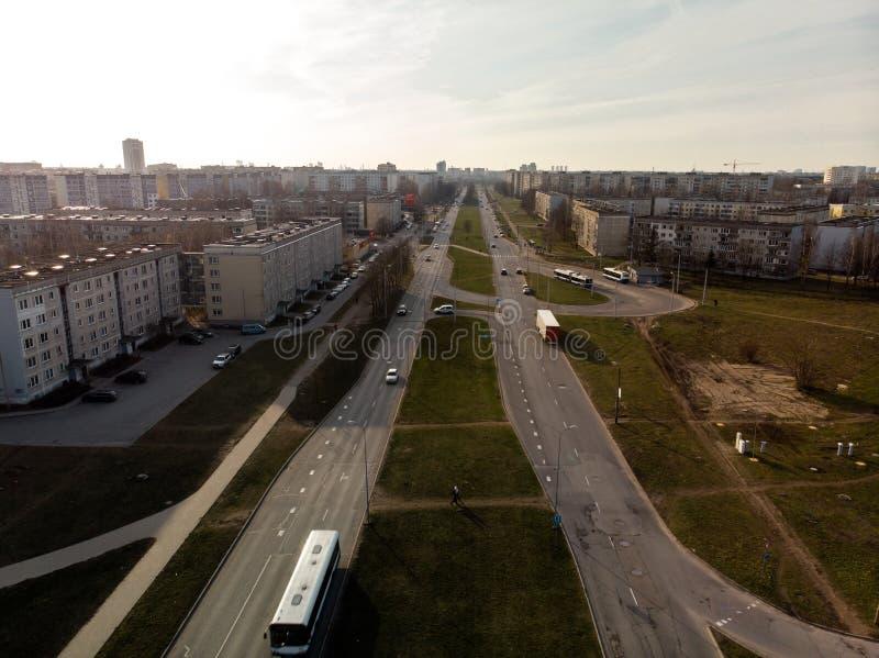 Εναέριος πυροβολισμός των παράλληλων δρόμων στην πόλη κατά τη διάρκεια του χρυσού ηλιοβασιλέματος ώρας στοκ εικόνες με δικαίωμα ελεύθερης χρήσης