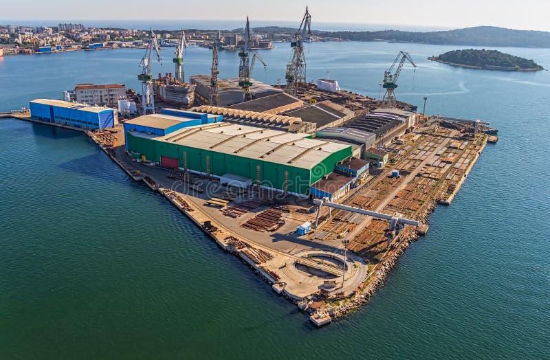 Pula πανόραμα με το παλαιό ναυπηγείο στοκ εικόνα με δικαίωμα ελεύθερης χρήσης