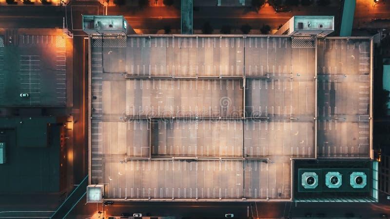 Εναέριος υπερυψωμένος κηφήνας που πυροβολείται ενός κενού κτηρίου γκαράζ χώρων στάθμευσης στοκ εικόνα με δικαίωμα ελεύθερης χρήσης