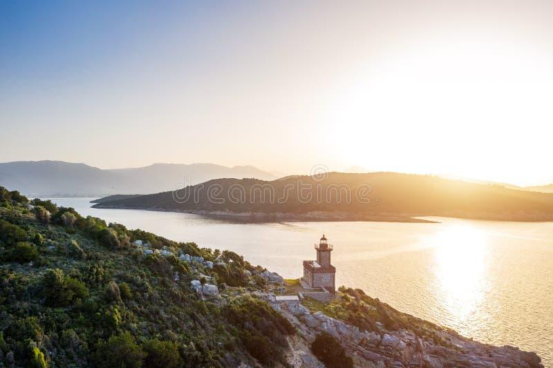 Εναέριος φάρος του Πόρου Ελλάδα Dana Ηλιοβασίλεμα backlight Ελληνικά νησιά στο υπόβαθρο Μαγική χρυσή ελαφριά φωτογραφία _ στοκ εικόνες
