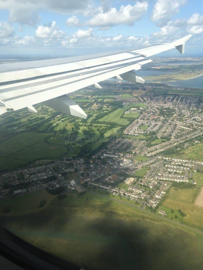 Εναέριο αεροπλάνο πέρα από το έδαφος και την πόλη στοκ εικόνες
