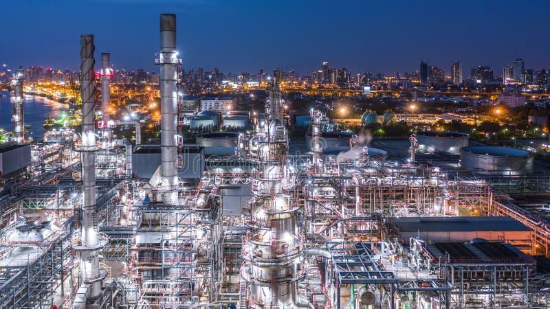 Εναέριο διυλιστήριο πετρελαίου άποψης, εγκαταστάσεις εγκαταστάσεων καθαρισμού, εργοστάσιο εγκαταστάσεων καθαρισμού τη νύχτα στοκ εικόνα