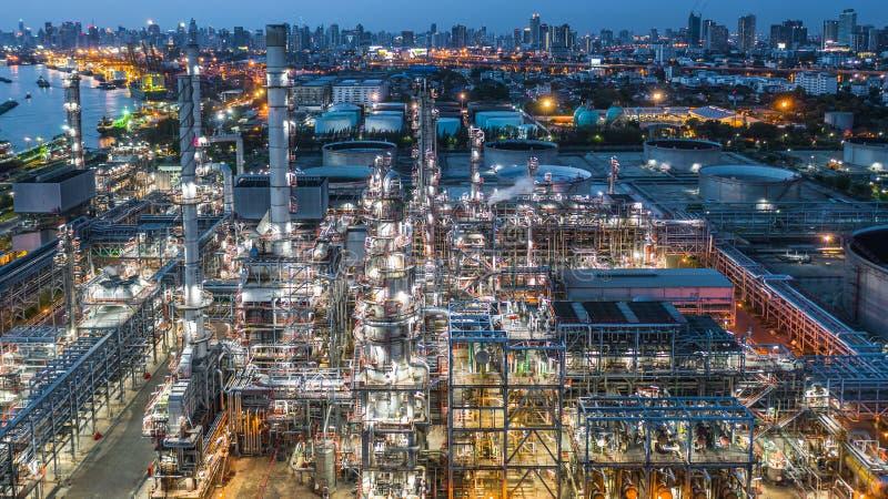 Εναέριο διυλιστήριο πετρελαίου άποψης, εγκαταστάσεις εγκαταστάσεων καθαρισμού, εργοστάσιο εγκαταστάσεων καθαρισμού τη νύχτα στοκ εικόνες