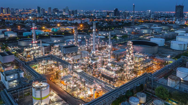 Εναέριο διυλιστήριο πετρελαίου άποψης, εγκαταστάσεις εγκαταστάσεων καθαρισμού, εργοστάσιο εγκαταστάσεων καθαρισμού τη νύχτα στοκ φωτογραφία με δικαίωμα ελεύθερης χρήσης