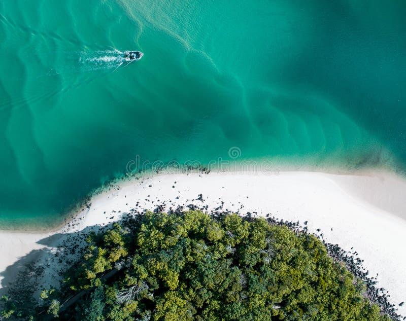 Εναέριο καλοκαίρι παραλιών με τη βάρκα και το μπλε τροπικό νερό Όμορφος χρυσός καυτός κηφήνας ακτών που πυροβολείται με την κλίση στοκ εικόνες