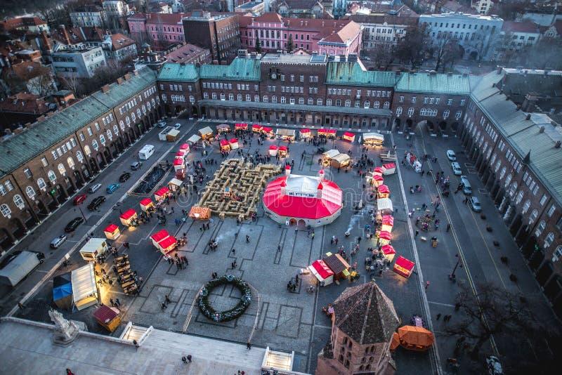 Εναέριο πανόραμα άποψης αγοράς Χριστουγέννων εμφάνισης Szeged στο ηλιοβασίλεμα στοκ φωτογραφία