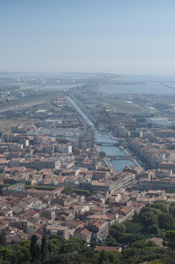 Εναέριο πανόραμα της εικονικής παράστασης πόλης σε Sete με το κανάλι στοκ εικόνα