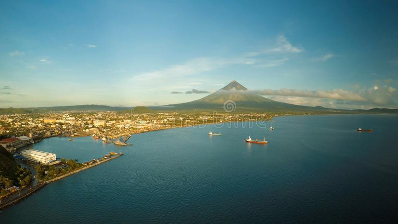 Εναέριο πανόραμα της πόλης Legaspi το πρωί στην αυγή Ενάντια στο σκηνικό του ηφαιστείου Mayon Θαλάσσιος λιμένας με στοκ εικόνες