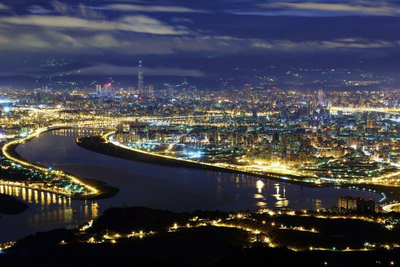 Εναέριο πανόραμα της πόλης της Ταϊπέι σε μια μπλε θλιβερή νύχτα στοκ εικόνες