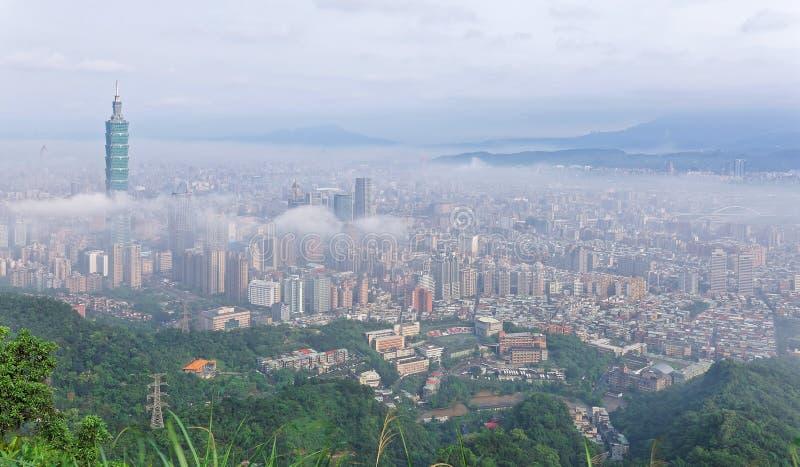 Εναέριο πανόραμα της Ταϊπέι, η πρωτεύουσα της Ταϊβάν, σε ένα ομιχλώδες πρωί στοκ φωτογραφίες με δικαίωμα ελεύθερης χρήσης