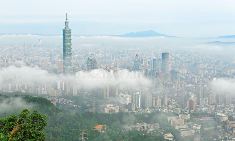 Εναέριο πανόραμα της Ταϊπέι, η πρωτεύουσα της Ταϊβάν, σε ένα ομιχλώδες πρωί στοκ εικόνες με δικαίωμα ελεύθερης χρήσης