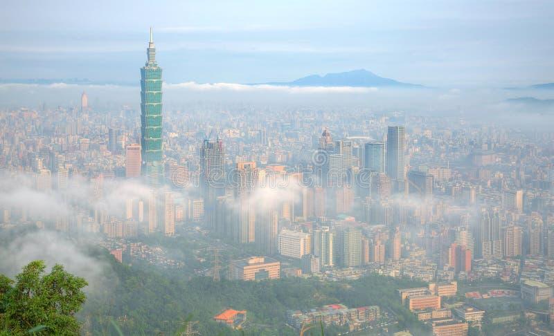 Εναέριο πανόραμα της Ταϊπέι, η πρωτεύουσα της Ταϊβάν, σε ένα ομιχλώδες πρωί στοκ εικόνα