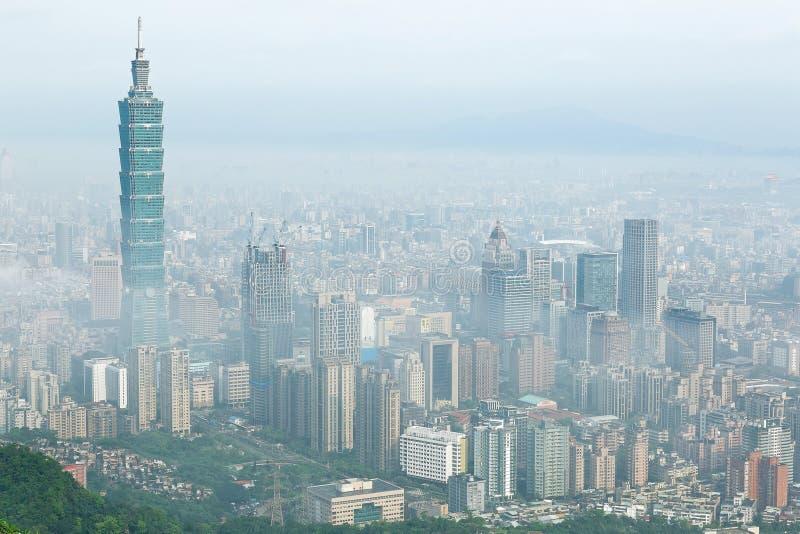 Εναέριο πανόραμα της Ταϊπέι, η πρωτεύουσα της Ταϊβάν, σε ένα ομιχλώδες πρωί στοκ φωτογραφία
