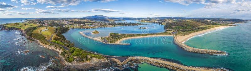 Εναέριο πανόραμα της όμορφης παραλιακής πόλης Narooma, NSW, Αυστραλία στοκ φωτογραφίες με δικαίωμα ελεύθερης χρήσης