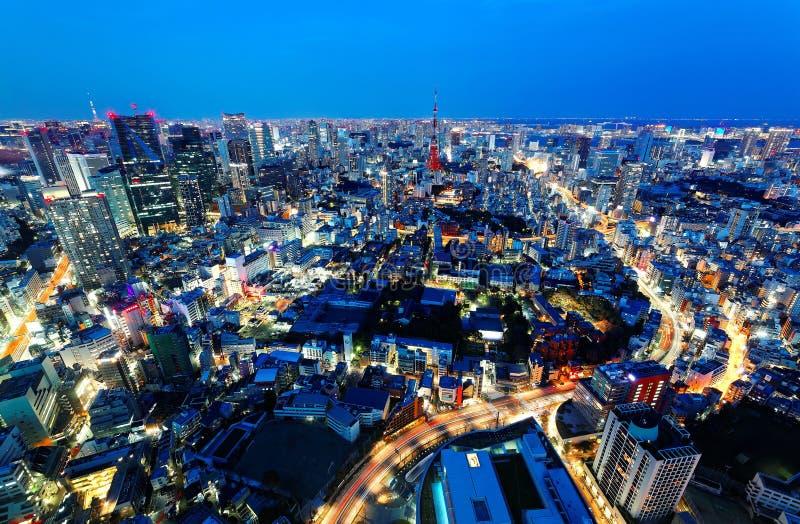 Εναέριο πανόραμα του Τόκιο κεντρικός στο μπλε σούρουπο, με την άποψη του φωτισμένου πύργου του Τόκιο μεταξύ των συσσωρευμένων κτη στοκ φωτογραφία με δικαίωμα ελεύθερης χρήσης