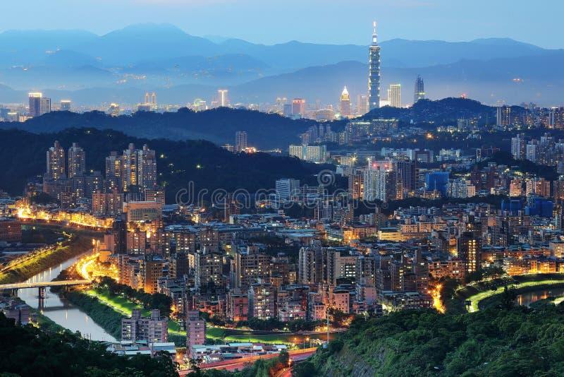 Εναέριο πανόραμα των overpopulated προαστιακών κοινοτήτων στη Ταϊπέι στο σούρουπο, με τη Ταϊπέι 101 πύργος μεταξύ των κτηρίων μέσ στοκ εικόνες