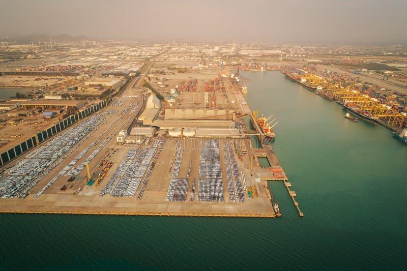 Εναέριο σκάφος εμπορευματοκιβωτίων άποψης στο εμπορευματοκιβώτιο φόρτωσης θαλασσίων λιμένων για την εισαγωγή-εξαγωγή ή τη μεταφορ στοκ φωτογραφία με δικαίωμα ελεύθερης χρήσης