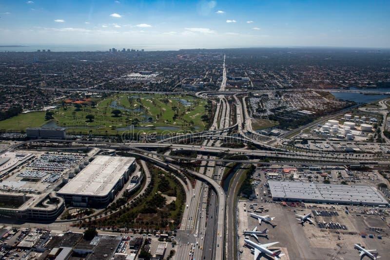 Εναέριο τοπίο πανοράματος άποψης αερολιμένων της Φλώριδας Μαϊάμι στοκ φωτογραφίες