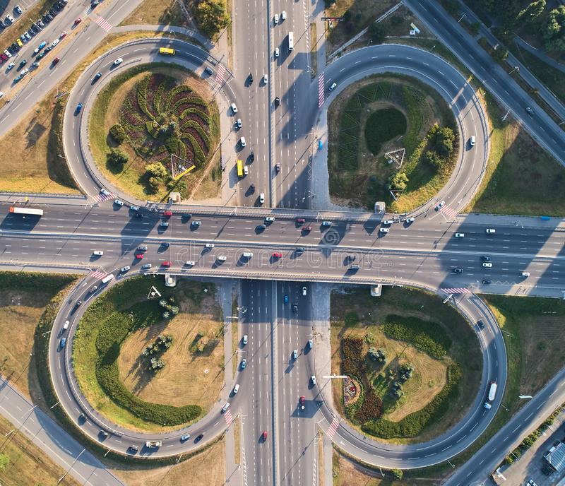 Εναέριο τοπίο του πολυάσχολου δρόμου συνδέσεων εθνικών οδών, έννοια μεταφορών στοκ εικόνα