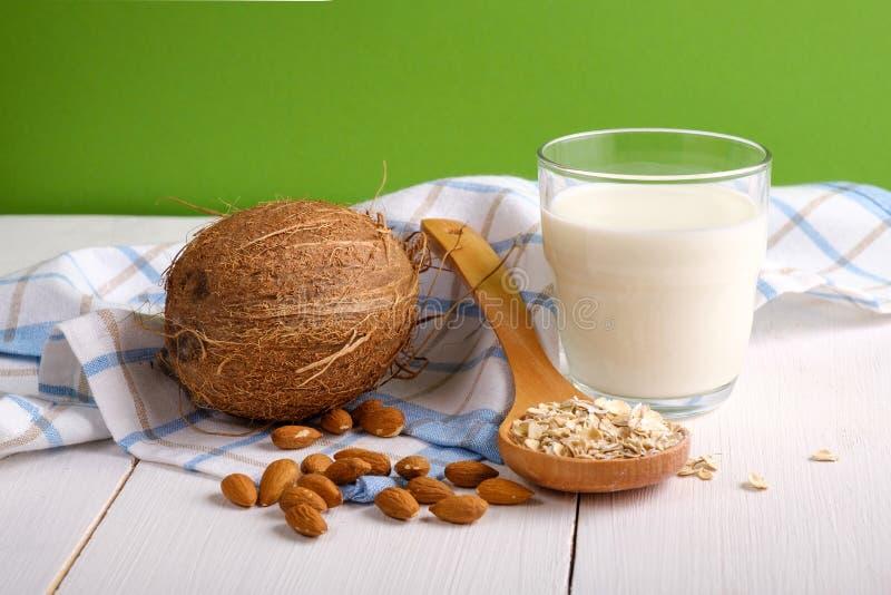 Εναλλακτικοί τύποι γαλάτων Γαλακτοκομικό γάλα υποκατάστατων Vegan Το ποτήρι του γάλακτος, καρύδα, καρύδια αμυγδάλων, βρώμη ξεφλου στοκ εικόνες με δικαίωμα ελεύθερης χρήσης