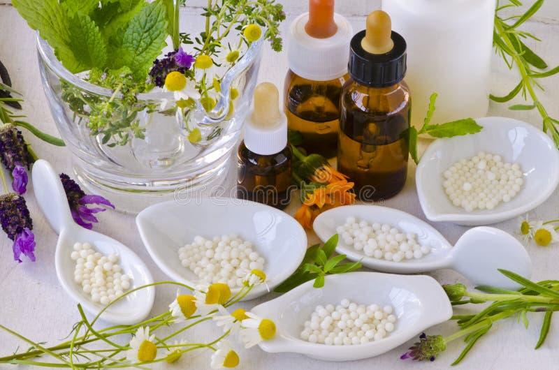 εναλλακτικός δίσκος biloba λουτρών μπαμπού ginkgo items medicine spa Ομοιοπαθητική Ομοιοπαθητικά globules και Έσσεν στοκ εικόνα