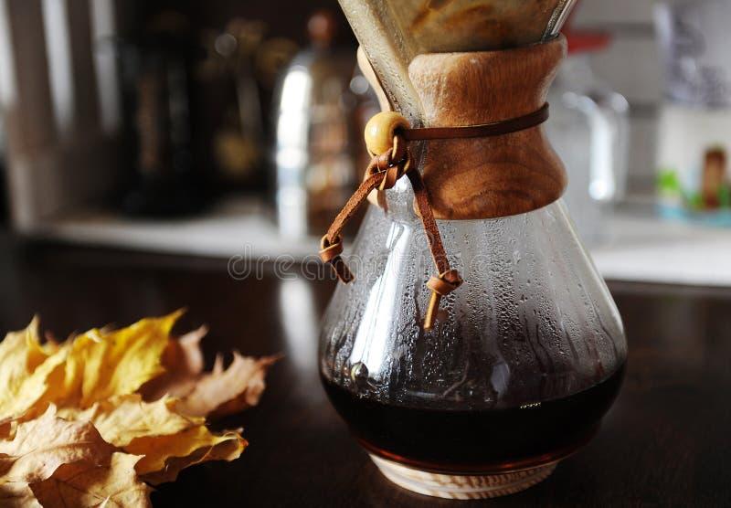Εναλλασσόμενη χειρωνακτική παρασκευή φίλτρων του καφέ κοντά επάνω Συσκευές για τον καφέ στο υπόβαθρο στοκ φωτογραφίες