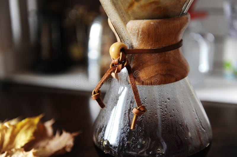 Εναλλασσόμενη χειρωνακτική παρασκευή φίλτρων του καφέ κοντά επάνω Συσκευές για τον καφέ στο υπόβαθρο στοκ φωτογραφίες με δικαίωμα ελεύθερης χρήσης