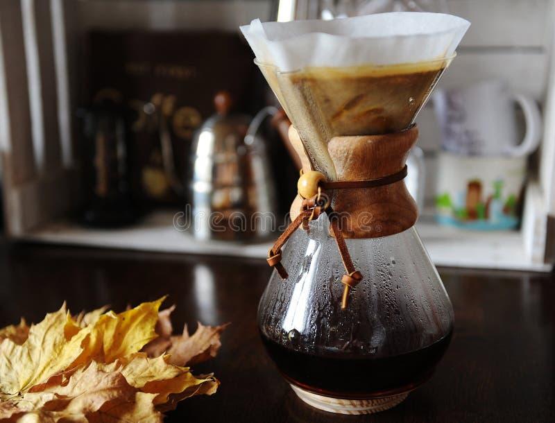 Εναλλασσόμενη χειρωνακτική παρασκευή φίλτρων του καφέ κοντά επάνω Συσκευές για τον καφέ στο υπόβαθρο στοκ φωτογραφία με δικαίωμα ελεύθερης χρήσης
