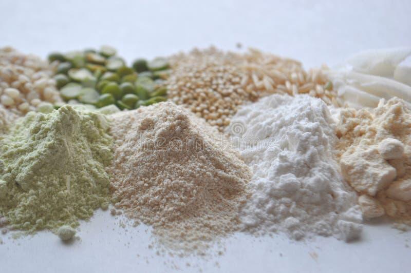 Εναλλακτικά γλουτένη-ελεύθερα αλεύρι, σιτάρια και όσπρια - teff, αμάραντος, καλαμπόκι, chickpeas, σόργο, πράσινα μπιζέλια, quinoa στοκ εικόνα