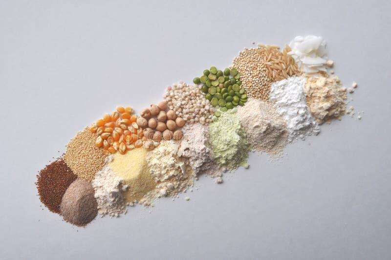 Εναλλακτικά γλουτένη-ελεύθερα αλεύρι, σιτάρια και όσπρια - teff, αμάραντος, καλαμπόκι, chickpeas, σόργο, πράσινα μπιζέλια, quinoa στοκ εικόνες