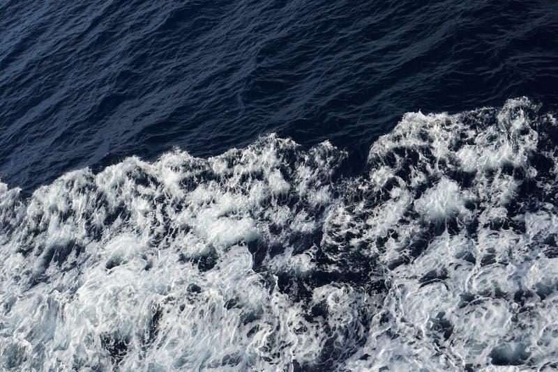 Ενδιαφέροντα κύματα θάλασσας που παράγονται με ένα πορθμείο στοκ φωτογραφίες