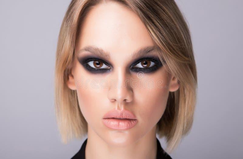 Ενδιαφέρον πρότυπο και ισχυρό makeup μόδας στο πρόσωπό της στοκ φωτογραφία