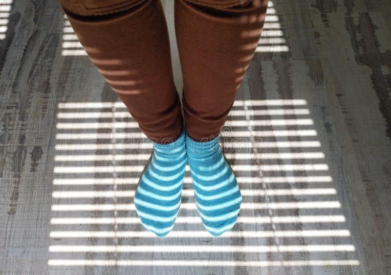 Ενδιαφέρον υπόβαθρο με τους τυφλούς σκιάς στα πόδια στοκ εικόνα με δικαίωμα ελεύθερης χρήσης
