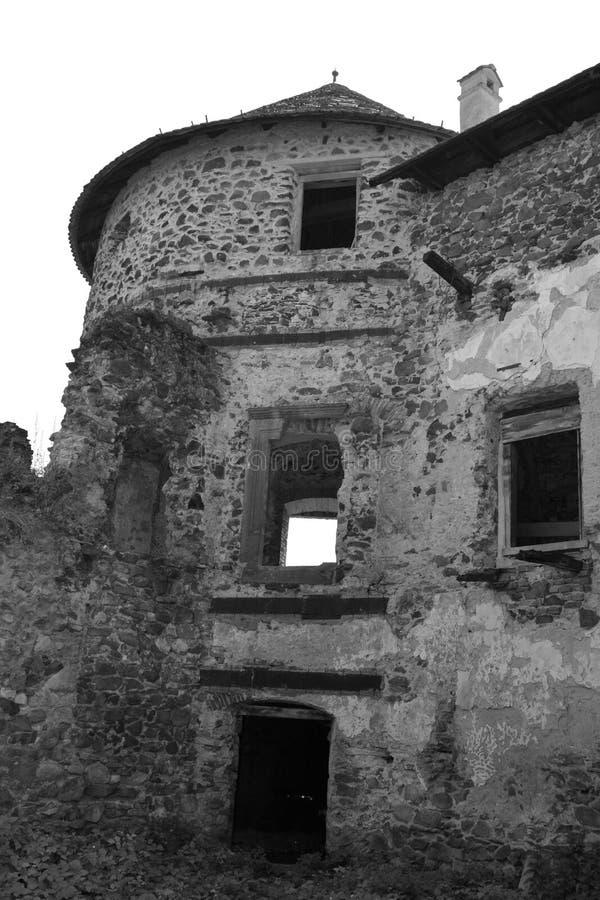 Ενδιαφέρουσα αναδημιουργία φαντασίας ενός μεσαιωνικού παλατιού στο χωριό Racos, Τρανσυλβανία στοκ φωτογραφίες με δικαίωμα ελεύθερης χρήσης