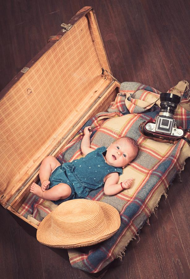 Ενδιαφέρουσα ιστορία Γλυκό λίγο μωρό Νέες ζωή και γέννηση Μικρό κορίτσι στη βαλίτσα Ταξίδι και περιπέτεια r Παιδί στοκ φωτογραφία με δικαίωμα ελεύθερης χρήσης