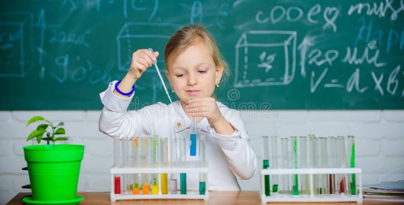 Ενδιαφέρουσα προσέγγιση που μαθαίνει Το παιδί επιθυμεί να πειραματιστεί Εξερευνήστε και ερευνήστε Σχολικό μάθημα Χαριτωμένο παιχν στοκ εικόνες