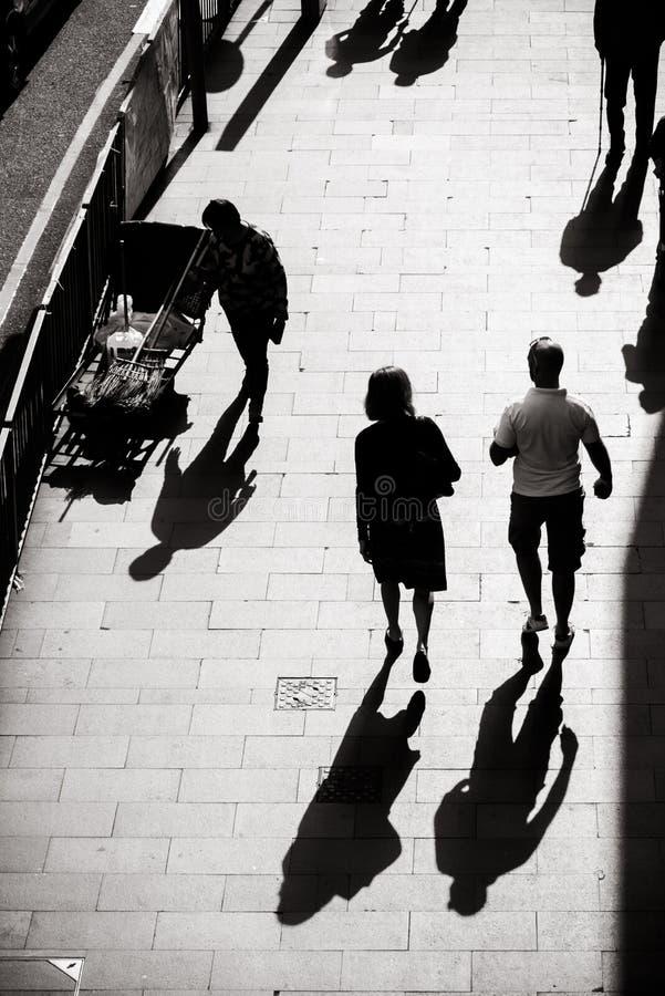 Ενδιαφέρουσα φωτογραφία φωτός και σκιών της καθημερινής ζωής στην οδό του Χονγκ Κονγκ στοκ φωτογραφίες