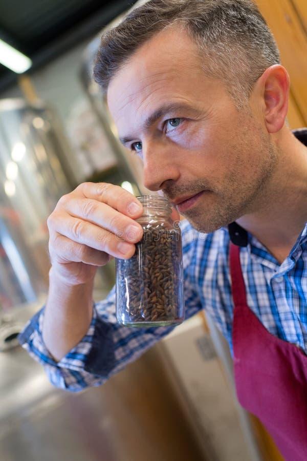 Ενδιαφερόμενα φασόλια καφέ ατόμων μυρίζοντας στοκ φωτογραφία με δικαίωμα ελεύθερης χρήσης