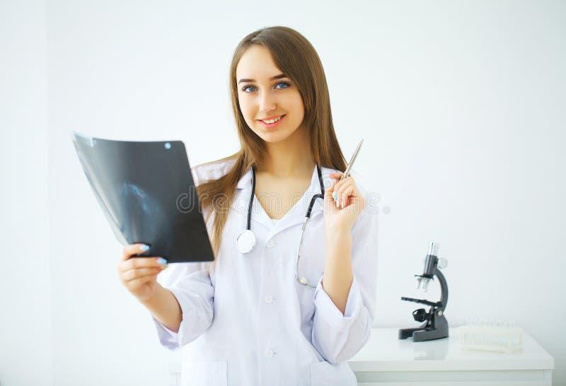 Ενδιαφερόμενος αρσενικός γιατρός που εξετάζει την ακτίνα X στοκ φωτογραφία