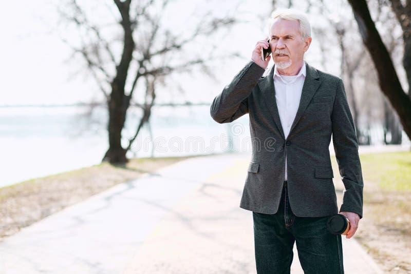 Ενδιαφερόμενος ώριμος επιχειρηματίας που ακούει τις κακές ειδήσεις στοκ εικόνες με δικαίωμα ελεύθερης χρήσης