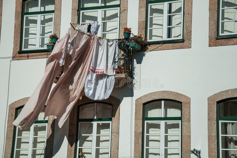 Ενδύματα που κρεμιούνται για να ξεράνουν μπροστά από το παράθυρο στην οικοδόμηση στοκ φωτογραφία με δικαίωμα ελεύθερης χρήσης