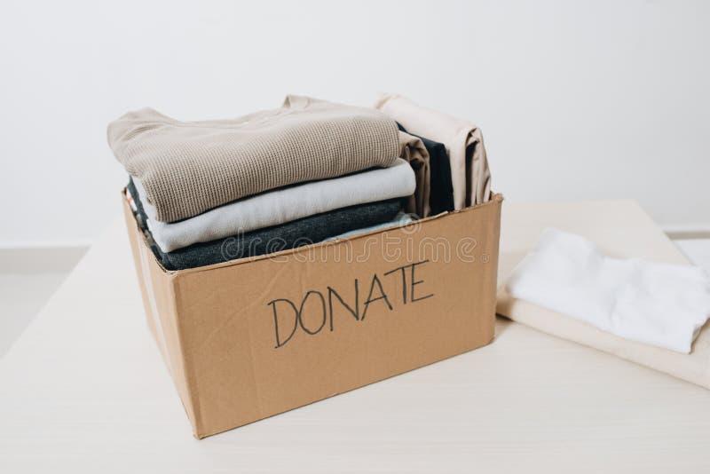 Ενδύματα στο κιβώτιο για τη δωρεά και την επαναχρησιμοποίηση έννοιας ανακύκλωσης στοκ φωτογραφία με δικαίωμα ελεύθερης χρήσης