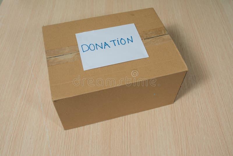Ενδύματα στο κιβώτιο για τη δωρεά και την επαναχρησιμοποίηση έννοιας ανακύκλωσης στοκ φωτογραφίες