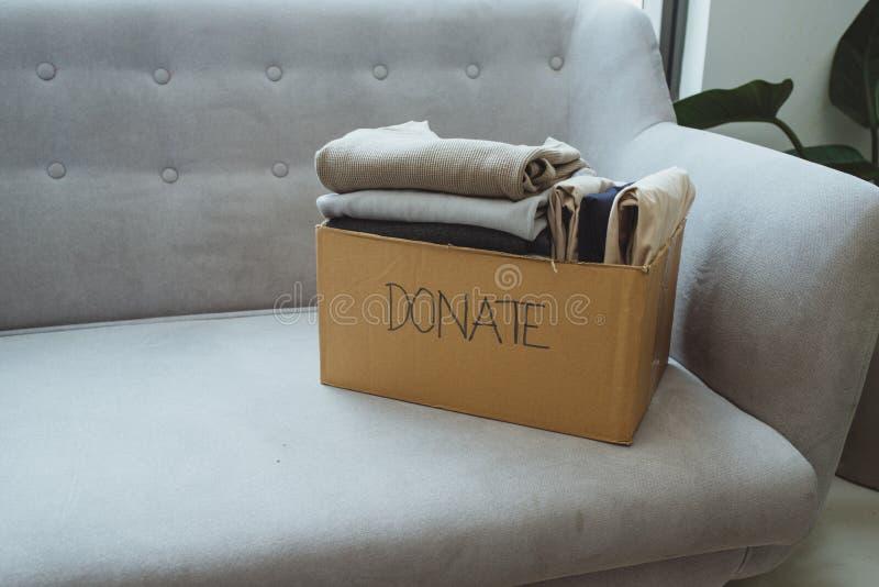 Ενδύματα στο κιβώτιο για τη δωρεά και την επαναχρησιμοποίηση έννοιας ανακύκλωσης στοκ φωτογραφία